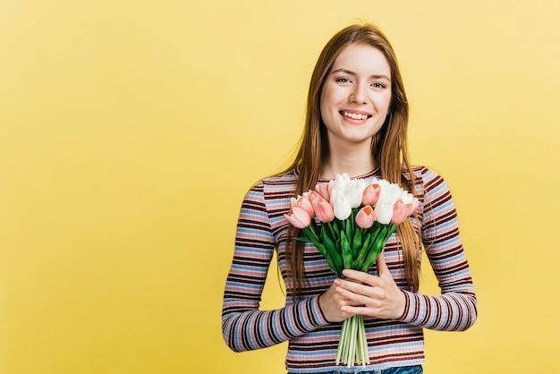 チューリップの花束を持って幸せな女 無料写真
