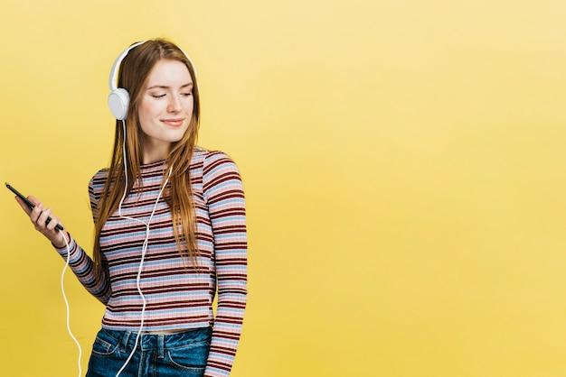 コピースペースで音楽を聞いて幸せな女 無料写真
