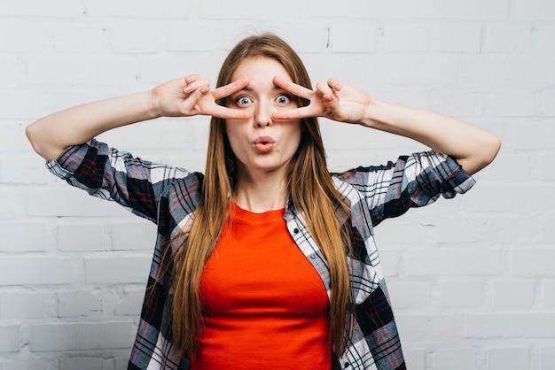 愚かな顔をしているミディアムショットの女性 無料写真