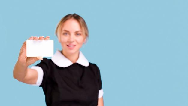 青い背景の前に空白の白い訪問カードを示す多重女性 無料写真