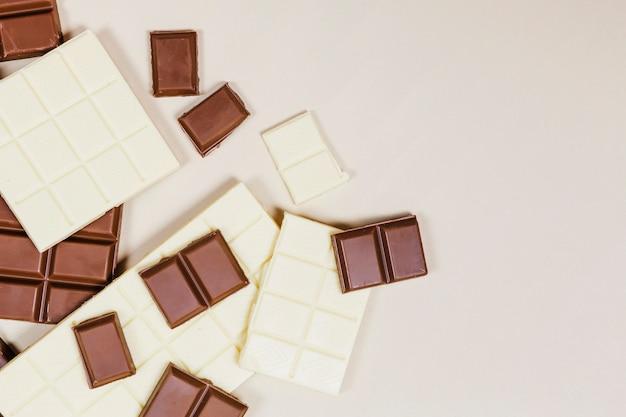ダークとホワイトチョコレートのフラットレイミックス 無料写真