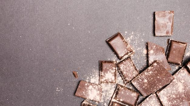 ココアパウダーで覆われた上から見たチョコレートタブレット 無料写真