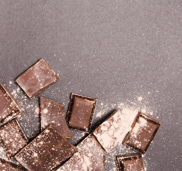 ココアパウダーで覆われたトップビューダークチョコレート 無料写真