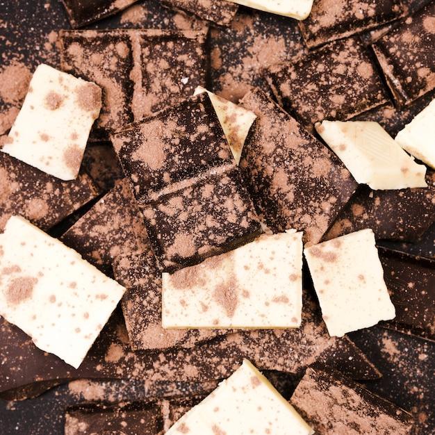 ダークチョコレートとホワイトチョコレートをカバーするフラットレイココアパウダー 無料写真