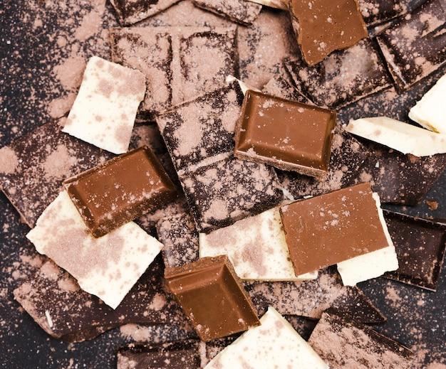 ココアパウダーで覆われたチョコレートとフラットレイアウトの配置 無料写真