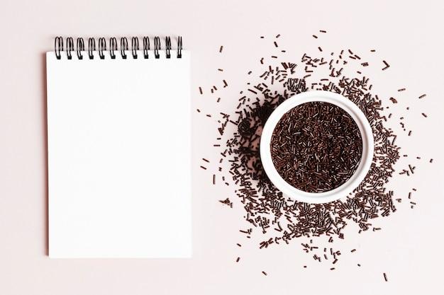 Вид сверху чаша с шоколадным драже Бесплатные Фотографии