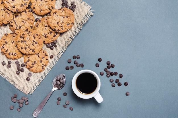 Вид сверху печенье с шоколадной стружкой и кофе Бесплатные Фотографии