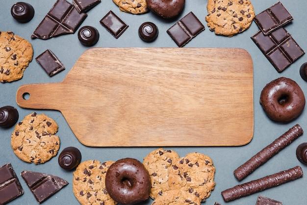 まな板の周りのトップビューチョコレート菓子 無料写真