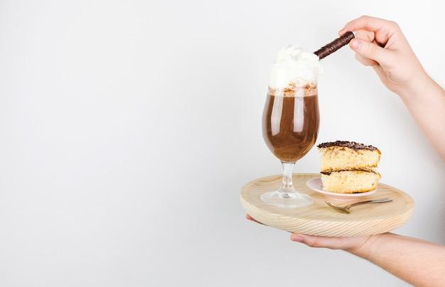 サイドビューフラッペと木の板のケーキ 無料写真