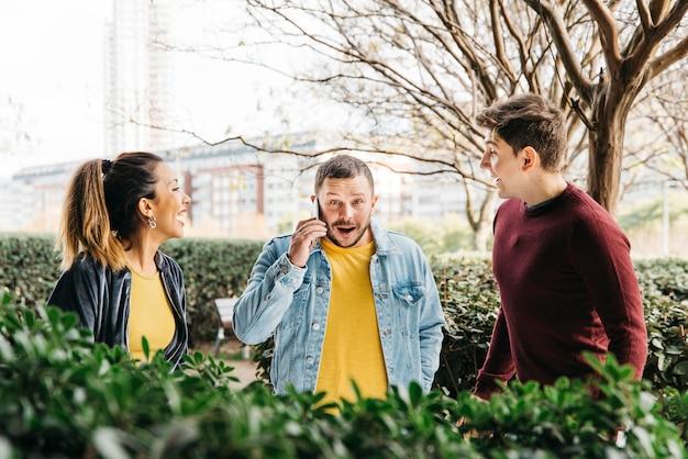 Мужчина в джинсовой одежде разговаривает по телефону Бесплатные Фотографии