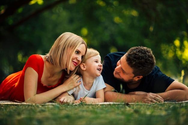 公園で楽しい時間を過ごして笑顔の家族 無料写真