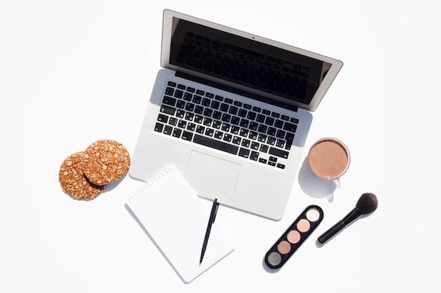 Концепция столешницы с ноутбуком Бесплатные Фотографии