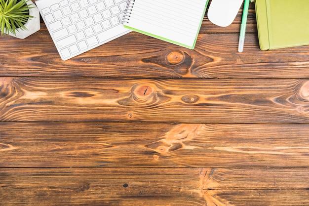 木製の背景上のデスク配置 無料写真