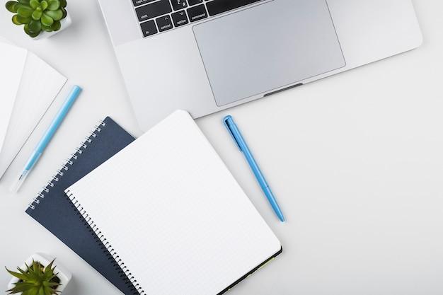 ノートパソコンのトップビューでメモ帳を開く 無料写真