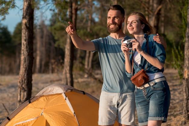 Пара смотрит в сторону и фотографирует Бесплатные Фотографии