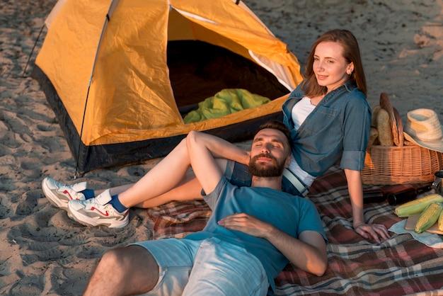 ガールフレンドの膝の上に敷設男 無料写真
