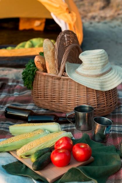 食物と一緒にピクニックバスケットのクローズアップ 無料写真