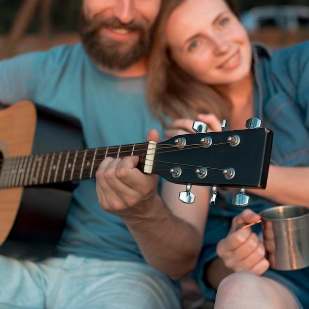 よそ見幸せなカップルのクローズアップ 無料写真