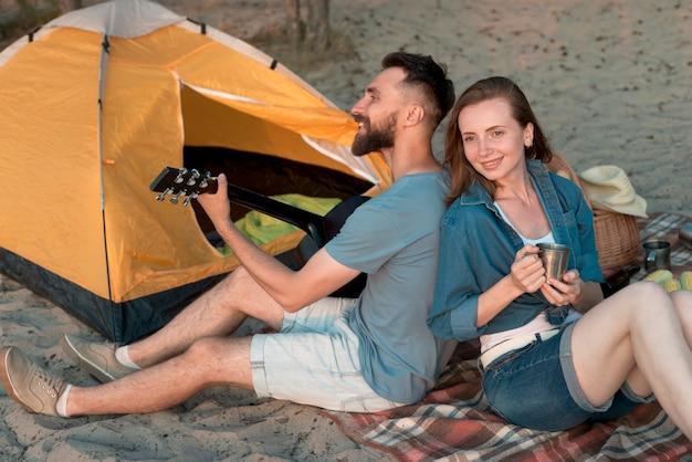 キャンプカップル、背中合わせに 無料写真