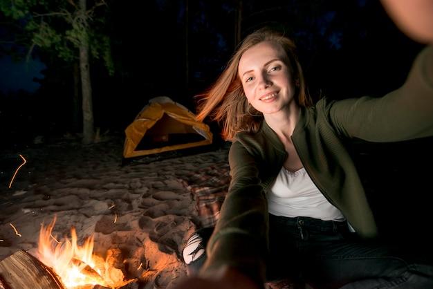 Селфи девушки в поход ночью у костра Бесплатные Фотографии