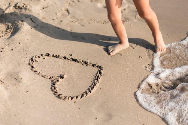 Высокий вид формы сердца, нарисованный в песке Бесплатные Фотографии