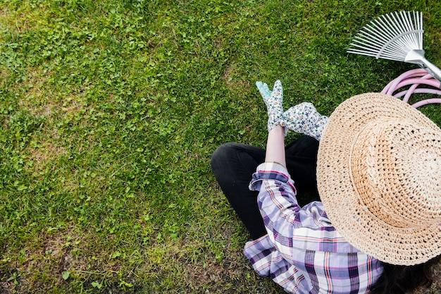 高角度の庭師が座っていると植栽 無料写真