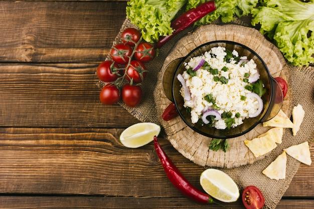 コピースペースを持つメキシコのサラダトップビュー 無料写真