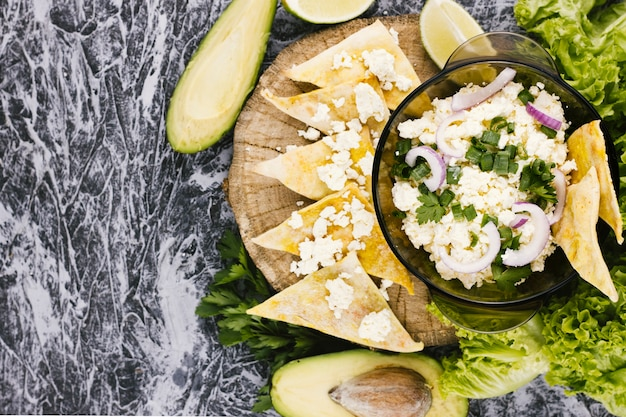 アボカドとナチョスのメキシコ料理 無料写真
