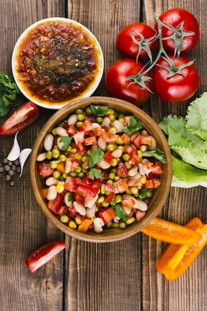 スパイスと野菜のおいしいメキシコの盛り合わせ 無料写真