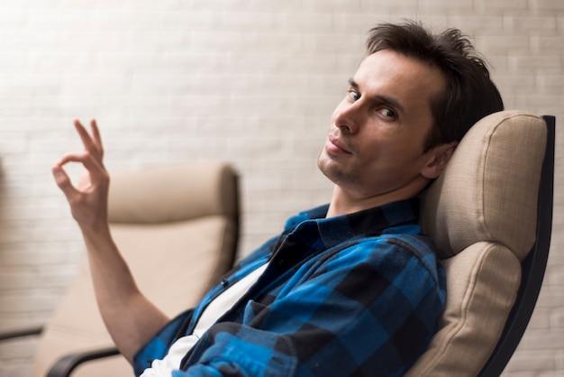 横に座っていると承認男 無料写真