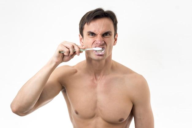 激しく彼の歯を磨く男 無料写真