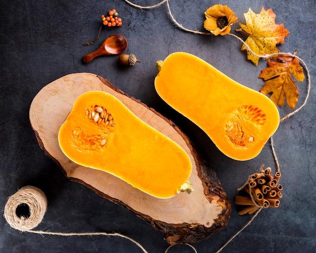 Вид сверху половинки тыквенного ореха на столе Бесплатные Фотографии