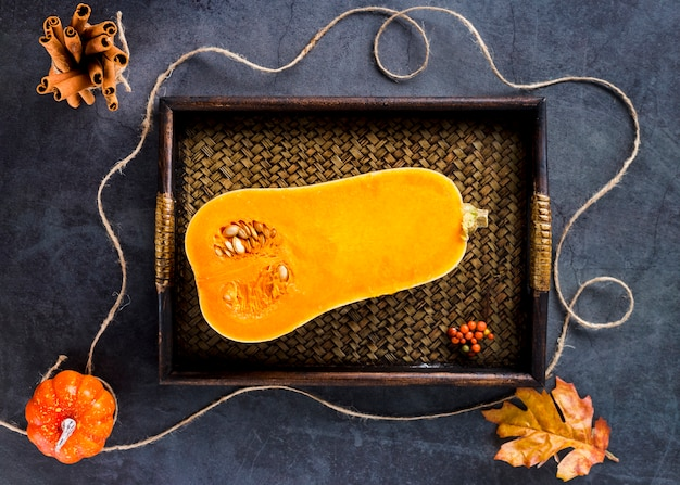 木製トレイの上から見たバタースカッシュ 無料写真