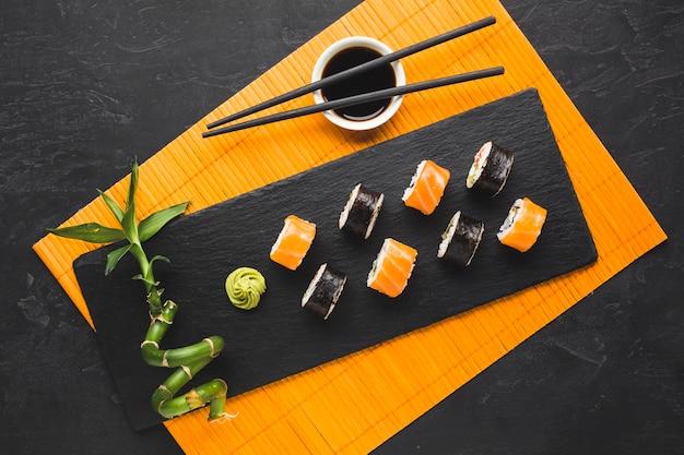 竹マットの上から見たお寿司 無料写真