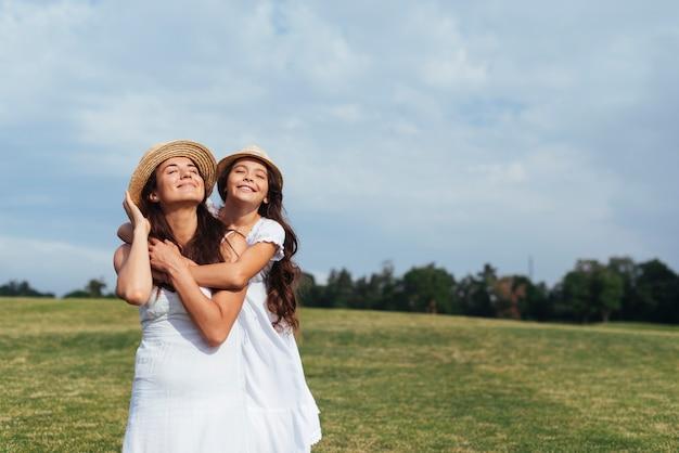 ミディアムショット幸せな母と娘 無料写真