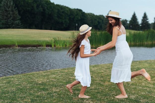 母と娘は湖で踊る 無料写真