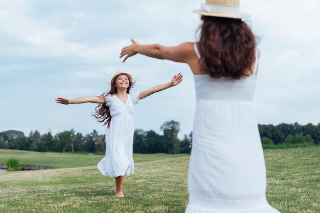 Мать и дочь весело у озера Бесплатные Фотографии