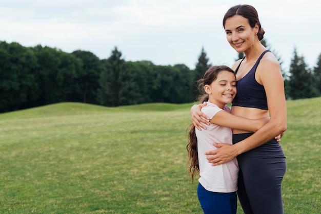 Мать и дочь обнимаются на природе Бесплатные Фотографии