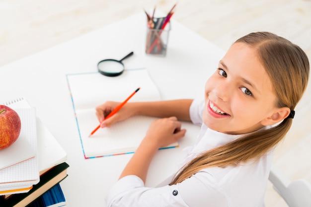 コピーブックで書くスマート女子高生 無料写真