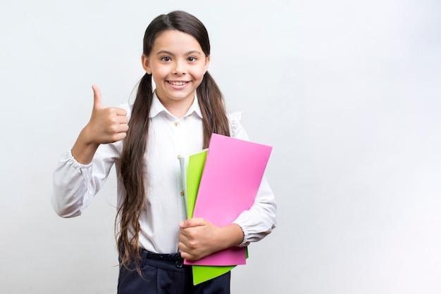 Уверенная испанская школьница с тетрадями Бесплатные Фотографии