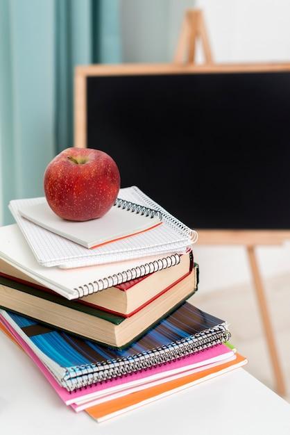 コピーブックと机で教科書のスタック 無料写真