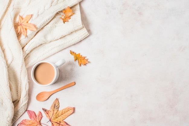 コーヒーカップとセーターの秋のフレーム 無料写真