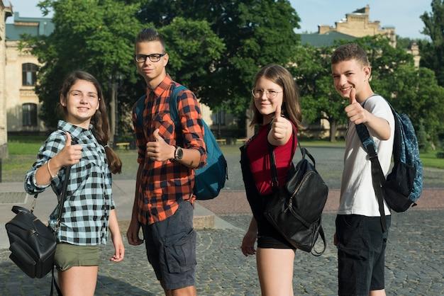 Средний снимок одобряющих друзей-подростков Бесплатные Фотографии