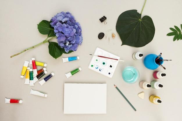 水彩画とアートワークスペースで机の上のスケッチとブラシ 無料写真