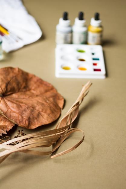 アーティストの職場で絵画水彩画と乾燥植物 無料写真