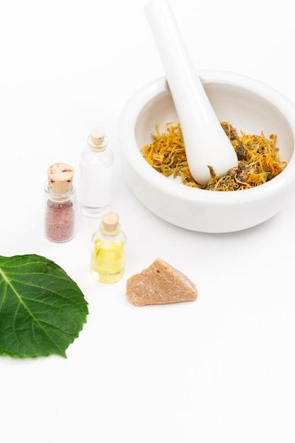 天然薬用の乳鉢と乳棒とエッセンシャルオイルのボトル 無料写真
