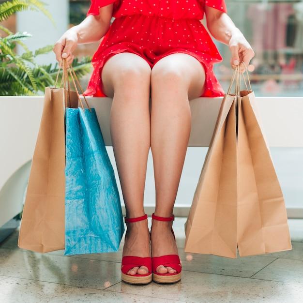 買い物袋に座っている女の子 無料写真