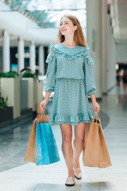 ショッピングセンターでフルショット幸せな貸衣装 無料写真