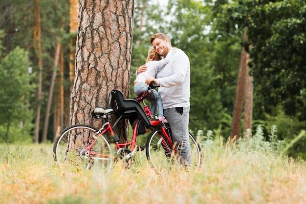 自転車で父ハグ娘 無料写真