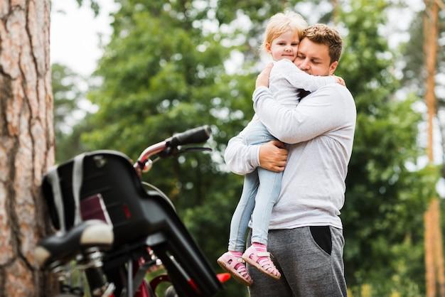 Средний выстрел отца обнимает дочь Бесплатные Фотографии